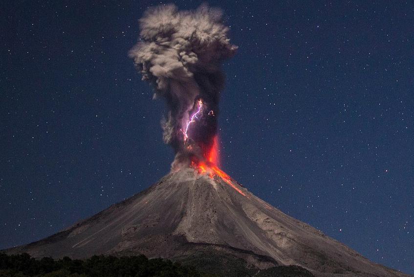 Vulkan-Kolima-izvergaet-pepel-i-par-na-3-km.jpg