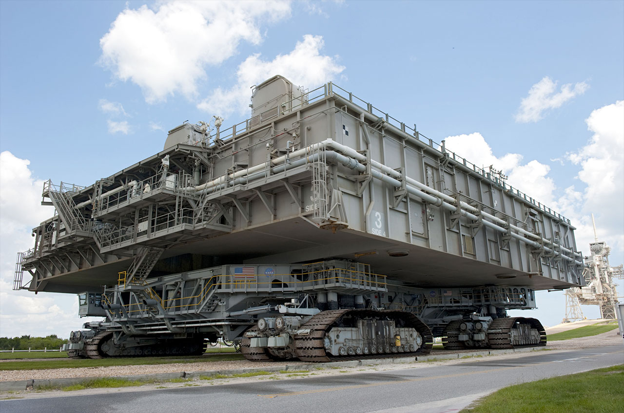 MLP-3_and_Crawler-transporter_leave_LC-3